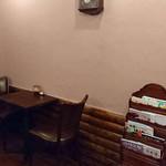 大森喫茶酒店 - テーブル席 本棚