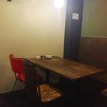 鉄板屋 どらんく - テーブル4名席。アンティーク調のイスが可愛いです^ ^