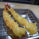 天麩羅処ひらお - ◆最初に「えび2尾」・・海老は、ソコソコ大き目。天ぷら粉のような印象ですが衣が薄く揚げたてですので美味しい。
