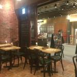 大手町ワインバル 八十郎商店 - 入口付近のテーブル席