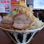 りょう二郎 - 背脂豚骨醤油ラーメン(白、大盛、野菜増し、ニンニク)