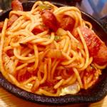 """パイカル - """"イタリアン""""のアップ。鉄板の熱で半熟の玉子がウェルダンになってしまうのを避けるために、素早く混ぜるか""""天地返し""""をする必要がある。"""