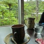 カフェ 七色の風 - 窓の外は緑一色
