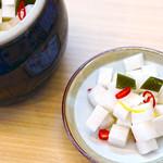 お気軽天ぷら処 天神 - 【大根の漬物】卓上に置いている自家製の大根の漬物は、ほんのり甘くほど良い酸味の漬け込み酢を配合して作っています。天ぷらをお待ちの間、途中のお口直しにサラダ感覚でお召し上がり頂けます。箸休めにも◎