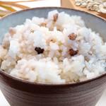 お気軽天ぷら処 天神 - 【麦ご飯】ご飯は無料で麦ご飯に代えられます。今、健康食で注目の「もち麦」を含む5種類の様々な特徴を持った麦を配合した「ファイバー麦」という商品を使用しています。国内産原料にこだわった雑穀米専門店から仕入れています。麦は食物繊維も豊富で、腸内環境を整えてくれる働きがあります。様々な麦の食感もあり、程よい満腹感を得られることからご飯の食べ過ぎを予防したい方にもお勧めです。