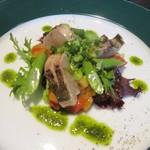 ラ ヴェルベンヌ - サラダが魚のタタキと野菜のサラダです、ドレッシングが野菜と良く合いワインが進みました。