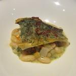 ラ ヴェルベンヌ - 魚料理はポワレ、料理の下には豆料理が添えられてました。