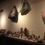 cafe&dining marina  - カウンター席の前に飾られている手作りグッズは、全て売り物。ママのお手製だと思われる。