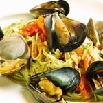 イタリア食堂 MARIA - 海藻を練り込んだバヴェッティーニいろいろな貝のナポリ風