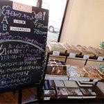 ダンジュ - 焼き菓子コーナー。黒板によるとケーキセット付きの体験セミナーもあるらしい。