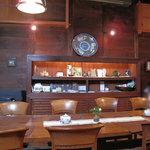 夢空間 はしまや - 1階フロア中央のテーブル席。小さなテーブル席も3卓ほどあります。