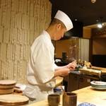 鮨 土方 - 海老に串を打つ