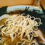 らーめん梅吉 - 切り刃20番の博多らーめんよりも太い麺はもちもち。