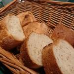 69249156 - ゴマの風味が広がるフランスパン