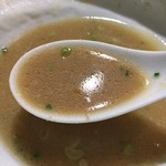 69250425 - 豚げんこつと香味野菜をじっくり炊きこみ、煮干、本鰹枯節、羅臼昆布などからとった魚介出汁をブレンドしたWスープ