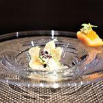 69251433 - タスマニア産サーモンのデクリネゾン  64℃でやさしく火入れした名古屋コーチンの卵と春菊のクーリー  コンテチーズのアクセント