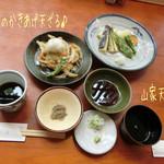 源智のそば - 桜えびのかきあげ天ざる(並/1200円)と山家天ざる(大盛/1700円)で、1つはえごまの実を薬味に♪ 桜えびのかきあげと季節野菜の天ぷらが先に出てくる。軽い衣でさっくり揚がった天ぷらは中々のお味☆彡