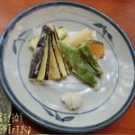 源智のそば - 山家天ざる(大盛/1700円)♪ 季節野菜の天ぷらが先に出てくる。軽い衣でさっくり揚がった天ぷらは中々のお味☆彡 そういえばご主人は元々ベジタリアンレストラン経営してたとか。蕎麦打ち修行は戸隠だって!
