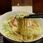 麺 みつヰ - 太麺と違って、するするとした風合いです。