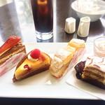 ジェルボー - 右から2番目がエステルハーズィー、左から2番目がベイクドチーズケーキ