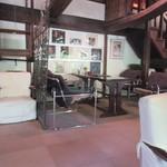 茶房 天井棧敷 - 江戸末期の造り酒屋の屋根裏を移築・改装した店内は旅館の雰囲気にとてもマッチした高級感のあるレトロ感漂う趣のある店内です。