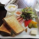 茶房 天井棧敷 - 料理写真:モーニングのメインのプレートはサラダ、ピクルス、まきのやのトースト、鴨のスモーク、ヨーグルトといったプレートです。
