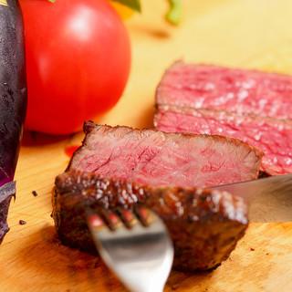 じっくり丁寧に。濃厚な肉の旨味を閉じ込めた炭火焼き