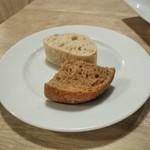 69299123 - [料理] お通しのパン2種 全景♪w