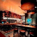 オランジェ - 内観写真:バーはいつでも賑わってます。深夜までご飯も食べれますよー