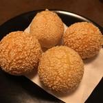 食全食美 - おっきいごま団子。中華街ぐらいでしか見ない珍しい。