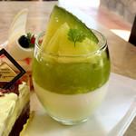 フランス菓子&カフェ ラ・ピニヨン - セレブデメロン(メロンババロア、ブランマンジェ、メロンジュレの構成。たっぷり容量で若めのメロンが生かされる)