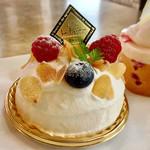 フランス菓子&カフェ ラ・ピニヨン - シャンティフロマージュ(カルピス風味のチーズクリームの中にフランボワーズコンフィチュール。王道の組み合わせにアーモンドスライスがいいアクセント)