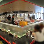 タンメン笑盛 - 店内はかなり広くてオシャレ。