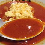 タンメン笑盛 - スープはコク味噌ベースに辛さが効いている感じです。アブラもガッツリ効いてます。