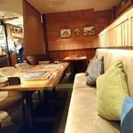 ConTERRAZZA新宿 - 奥にはゆったりとしたソファのブース