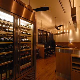 大型のワインセラーには約80種のワインを常備