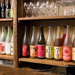 トライシクルカフェ - カウンターの棚にはずらりと梅酒が並んでいます。