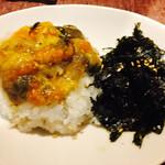 KollaBo - カンジャンケジャンの蟹味噌とご飯、海苔を混ぜて食べます