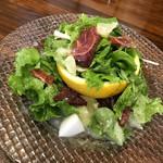 イタリアン&肉バル 北の国バル - 函館産有機野菜と河内晩柑のサラダ(780円+税)