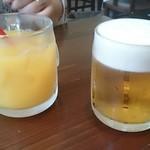 69340375 - 娘のオレンジジュースとオヤジのビール