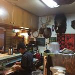 大黒屋 - 店内の様子。カウンターの中には、たくさん剥製が飾ってあります。奥にはお座敷もあります。