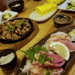 あしどり - 黒さつま鶏たたき、薩摩地鶏もも肉の炭火焼き、地鶏やさんの出し巻き玉子