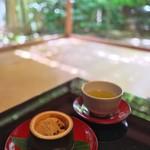 俵屋旅館 - 料理写真:俵屋名物のわらび餅でお出迎え。