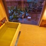 69345448 - 柔らかな地下水、そして高野槇の浴槽。宿泊者がみな驚く冷めないお風呂は俵屋のマジック。窓全開で半露天に。