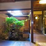 俵屋旅館 - 6月は茅の輪くぐりの伝習。玄関から坪庭を見る。
