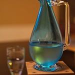 俵屋旅館 - 日本酒を出される美しい歴史を感じるビードロの酒器。