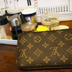 金也 - また財布が(;>_<;) 財布の向こう側はニンニクと生姜です(・・;)