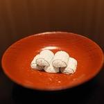 俵屋旅館 - これも俵屋の定番。和三盆で作られた俵型の干菓子「福俵」。就寝前に仲居さんがそっとテーブルに置いて下さいます。