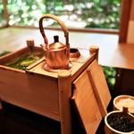 俵屋旅館 - 俵屋のためにオリジナルに製作された湯豆腐の桶。朝食を飾るにふさわしい☆