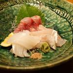 高太郎 - 料理写真:お造り三種盛り 村さんの鱸(鳴門)、白いか(山口)、伊佐木(鳴門)
